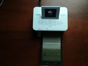 Фотопринтер Canon Selphy CP820 во включенном виде с загруженной бумагой